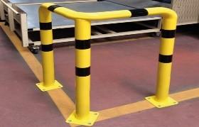 Barandillas Ángulos metálicos sobre tres bases de protección y señalización de zonas industriales